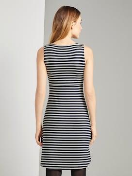 Gemustertes Kleid mit V-Ausschnitt - 2 - TOM TAILOR
