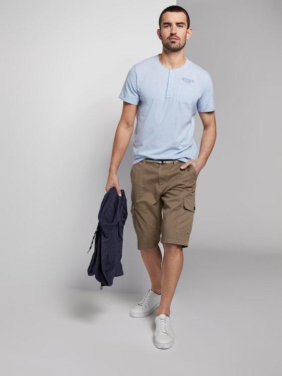 Gemusterte Cargo-Shorts mit Gürtel - Männer - beige small t design - 3 - TOM TAILOR