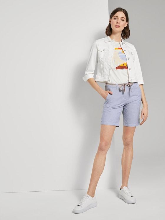 Relaxed Chino Bermuda Shorts mit Stoffgürtel - Frauen - Thin Stripe Pants - 3 - TOM TAILOR
