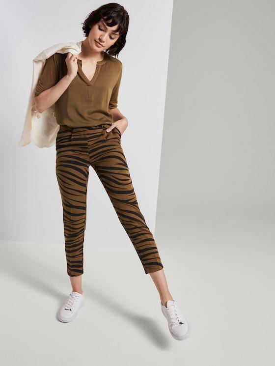 Tapered trousers in a zebra pattern - Women - olive zebra design - 3 - Mine to five
