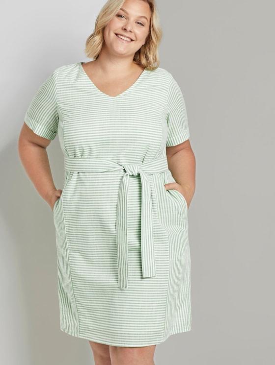 Curvy - Gestreiftes Kleid mit Bindegürtel - Frauen - light green white stripe - 5 - My True Me