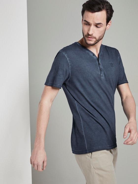 Gestreiftes Henley-T-Shirt mit Logo-Stickerei - Männer - Black Iris Blue - 5 - TOM TAILOR