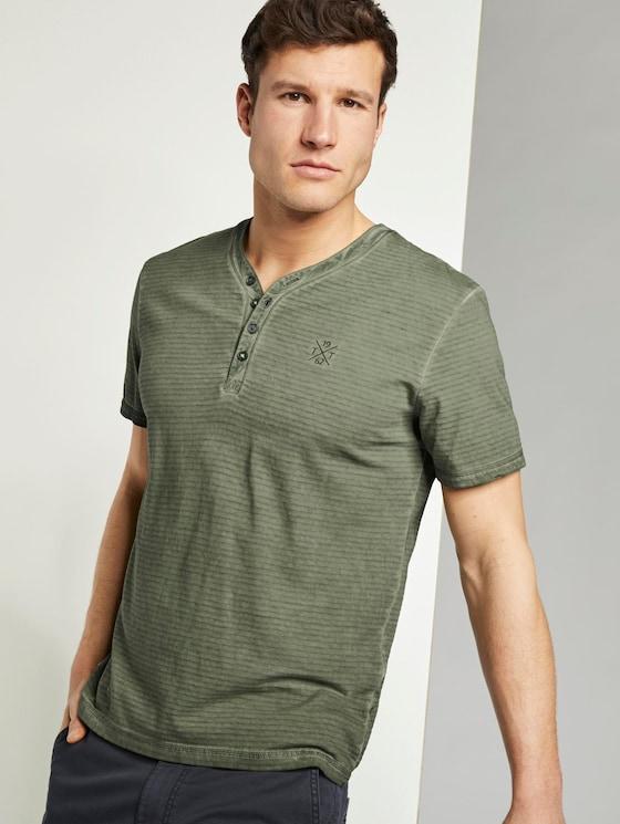 Gestreiftes Henley-T-Shirt mit Logo-Stickerei - Männer - Olive Night Green - 5 - TOM TAILOR