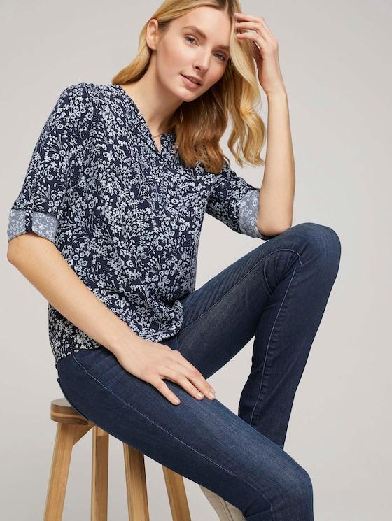 Gemusterte Bluse mit LENZING™ ECOVERO™ und V-Ausschnitt - Frauen - navy flower design - 5 - TOM TAILOR