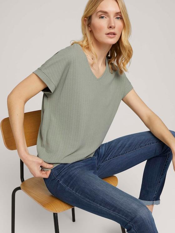 Strukturiertes T-Shirt mit V-Ausschnitt - Frauen - Prairie Grass Green - 5 - TOM TAILOR